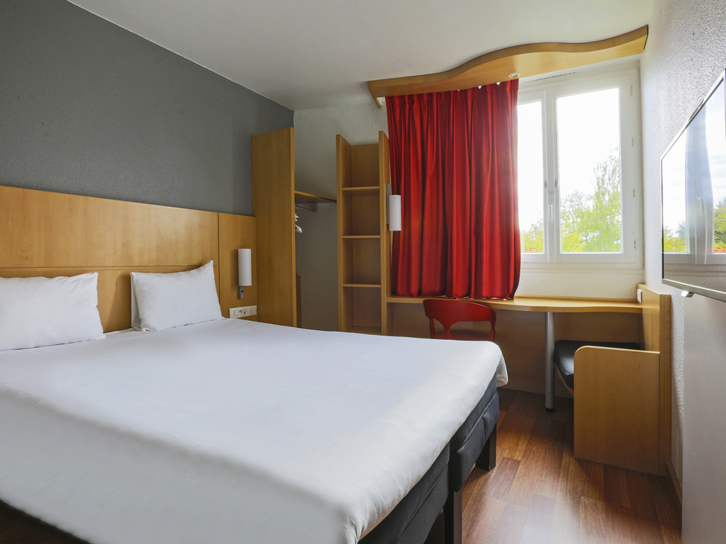ibis Ch?lons-en-Champagne. ? une heure de Paris, l'h?tel ibis de Ch?lons-en-Champagne dispose de 43 chambres modernes, climatis?es et ?quip?es de la n