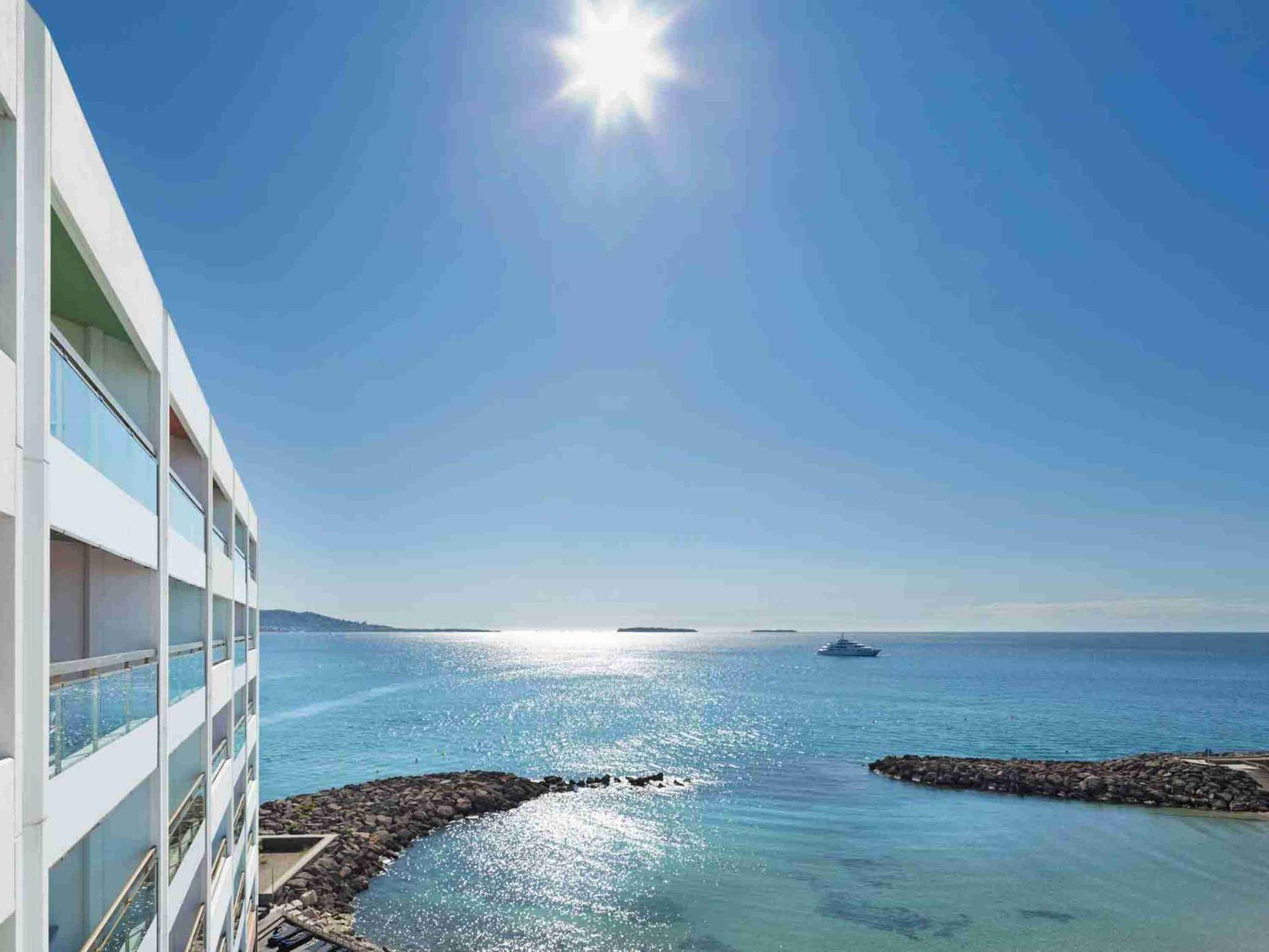 Pullman Cannes Mandelieu Royal Casino. Id?alement situ? les ''pieds dans l'eau'', face ? la baie de Cannes, le Pullman Cannes Mandelieu Royal Casino c