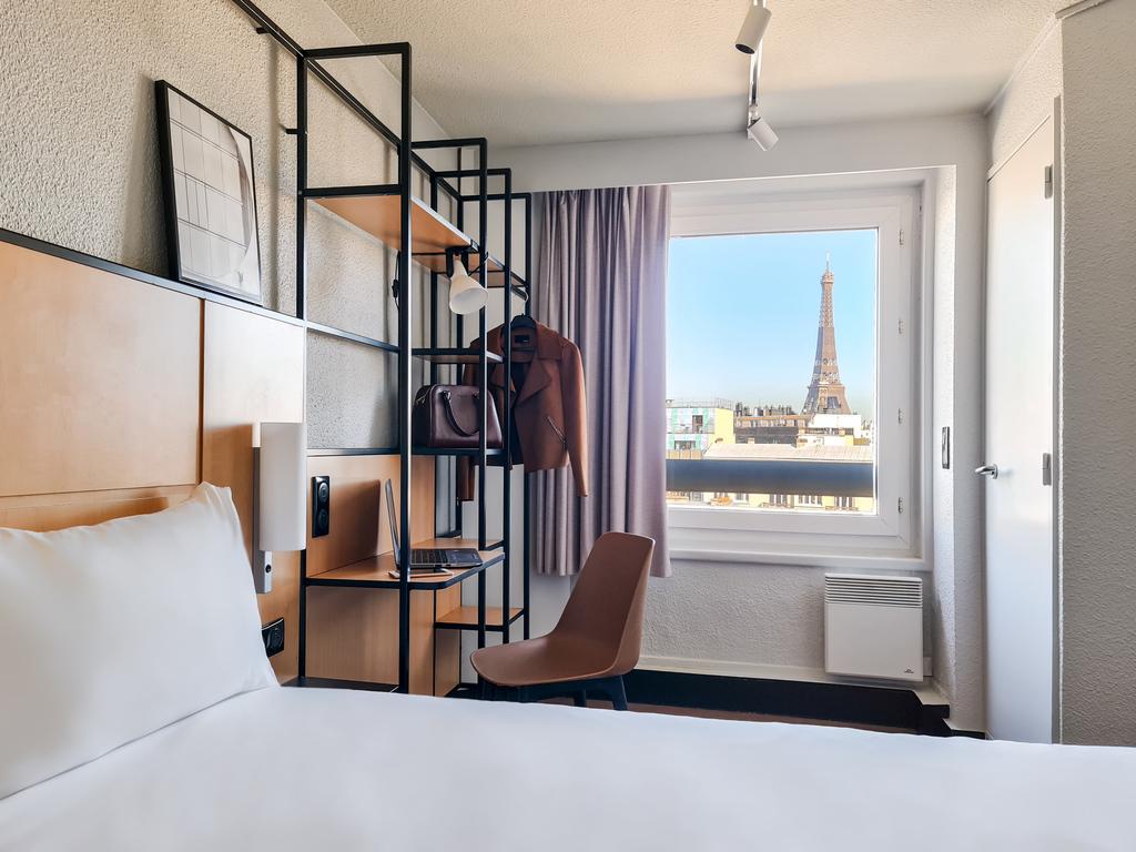ibis Paris Tour Eiffel Cambronne 15?me. L'h?tel propose diff?rents types de  chambres dont 26 avec vue sur la c?l?bre Tour Eiffel. D?couvrez ? La plac