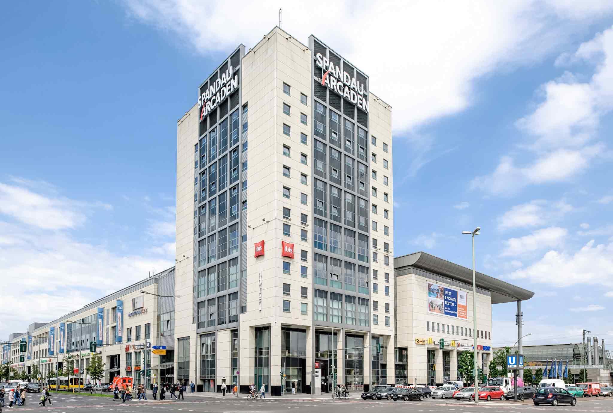 ibis Berlin Spandau. L'h?tel ibis Berlin Spandau fait partie du centre commercial Spandau Arkaden, l'id?al pour faire du shopping jusqu'? 21 h. La vie
