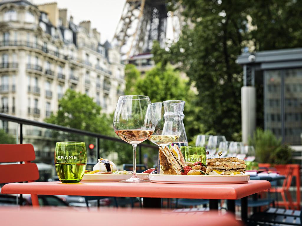Pullman Paris Tour Eiffel. Notre h?tel de 430 chambres se situe sur la rive gauche de Paris, au pied de la Dame de Fer. Parfait pour les voyageurs de