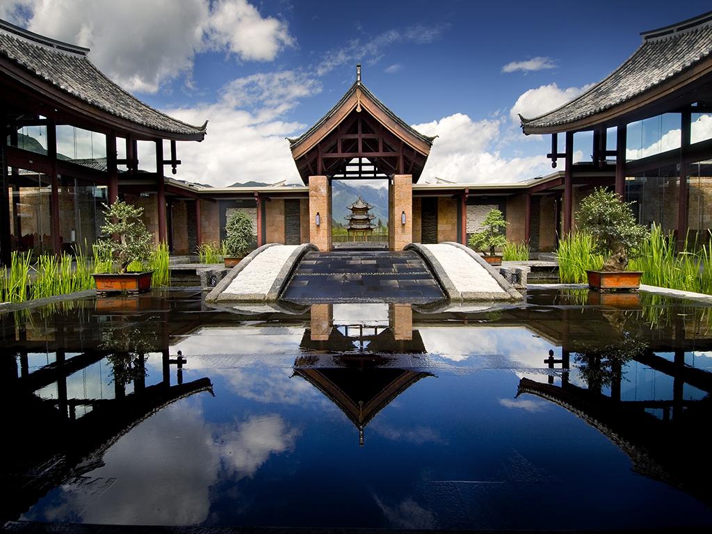 Banyan Tree Lijiang. Situ? ? 2 000 m?tres d'altitude, le Banyan Tree Lijiang est ? 40 minutes de l'a?roport de Lijiang. L'h?tel a remport? le prix du