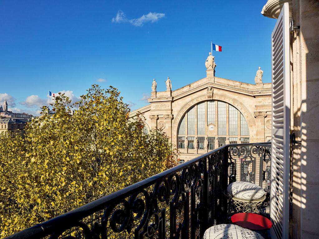 25hours Terminus Nord. Situ? en face de la gare du Nord, le 25hours Hotel Paris Terminus Nord est une v?ritable d?claration d'amour ? l'esprit dynamiq